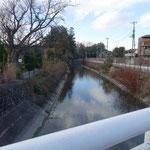 玉川上水を越えれば駅はすぐそば