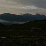 【二日目】朝日小屋前(左から)雪倉岳、白馬岳、旭岳・5:20