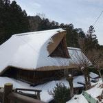 茅葺屋根につもった雪が綺麗だ