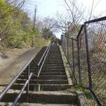 急な階段を登ると鎌倉山