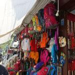 28日 登山用品店も数多くありました