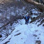 狭い山道を歩く