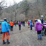 10分ほどで三つ峠登山口へ、団体の登山客が準備運動中