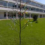 """""""L'arbre de ferre"""" Un arbre en fer forgé avec des décorations en verre soufflés"""