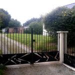 Ensenble portail et portillon barreaudés avec assemblage de tôles