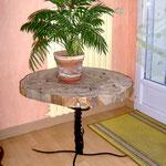 Table basse avec un piétement en fer forgé  tressé et une tranche de chêne pour table