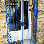 Grille de porte avec décoration forgée