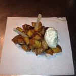 Kartoffelecken mit Kräuter-, Knoblauchdip oder scharfer Soße