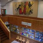 図書コーナーでは数多くの絵本をご自由に読んでいただけます