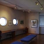 原画展示スペース。丸い窓はまるで船の中にいるよう