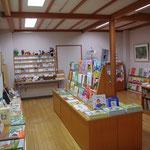 販売コーナーでは国内外の絵本をはじめ、ここでしか買えないグッズもたくさんです