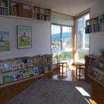 じゅうたんでごろごろできる読書コーナー。まるで船頭のような部屋の先からは晴れた日に富士山もみえます!!