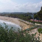 Blick vom Küstenweg auf den Strand Torredembarra