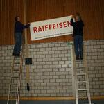 Fleissig werden die Plakate der Sponsoren aufgehängt....