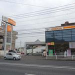 toyotaのオレンジ色が目立ちます。ネッツトヨタの横です。