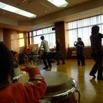 2012年新年の集い 赤ちゃんとダンス風景