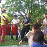 野外、アンプラグドの演奏 こどもたちも芝生でごろごろしながら音楽のある雰囲気を楽しんでいます。