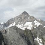 Gifel auf dem Wiwannihorn, im Hintergrund das Bietschhorn