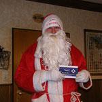 der Weihnachtsmann mit FCB-Mütze und HSV-Schokolade