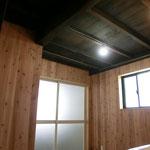 天井はあえて2階の床板を表して