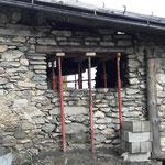 Ouverture dans mur en pierres