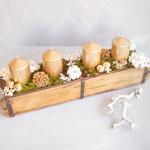 Trockenblumen, Weihnachtskugeln und Accessoires platzieren und einstecken
