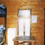 小型バンガローの内部(2段ベッド3台、洋式水洗トイレ、洗面台、6人掛け用テーブル、冷蔵庫付き)