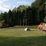 芝生のテントサイト「1区画 6.0m*9.5m」です(昭和9年製のトロッコ電車が有ったのですが、新幹線黒部宇奈月温泉駅の方に移転されました)