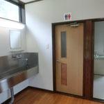 大型バンガローの洗面所(ドアーの向うがトイレです)