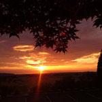 キャンプ場から見る夕日(焚き火をしながらチョッと一杯もいいものですね~)