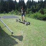 ファミリースキー場でマウンテンボードを楽しむ子供達