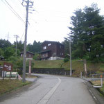 キャンプ場への坂道(真向かいがキャンプ場、右側に第一駐車場、左側に温泉宿「さか栄」があります)