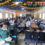 Gemeinsames Mittagessen in der Kishumundu Secondary School.
