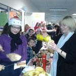 Auch unsere Schulleiterin Fr. Dörr sorgte für Umsatz für den guten Zweck.