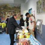 HELFEN MACHT SCHULE verkaufte u.a. gebrauchte Bücher, afrikanische Kunstgegenstände, Kaffee aus Tansania ...