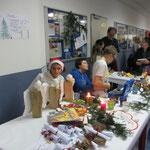 ... und selbst gebastelte weihnachtliche Kunstgegenstände an (hier die H6a mit Hr. Wombacher).