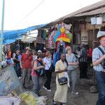 Einige deutsche Besucher auf dem lebhaften und farbenfrohen Freiluftmarkt in Moshi.