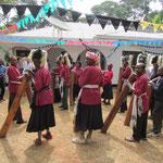 Eine Gruppe stellt auf einem Fest von James Kiwara für die deutschen Freunde lokale Musik des Chagga-Stamms vor.