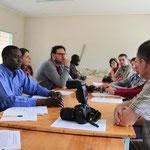 Im Vocational Training Centre (VTC) stellte der Leiter Br. Shija der Besuchergruppe die Ausbildungsprogramme vor. Foto: Michael Link.