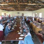 Gemeinsames Mittagessen mit Schülern und Lehrern der Nsoo Sec. School.
