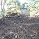 Die Bauarbeiten für die Jungenunterkunft haben begonnen. Das Gelände wurde planiert ...