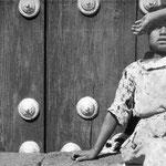 MANUEL ÁLVAREZ BRAVO, Muchacha viendo pájaros, 8x10 pulgadas, plata/gelatina, 1931.