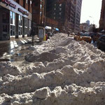 雪かきの後の歩道。雪は寒いのでなかなか溶けません