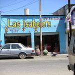 いかにもメキシコらしい、パステル色で塗られた建物は、アメリカ側のようにすっきり、まっすぐキレイキレイではない。↓