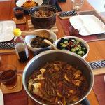 ベジタリアン火鍋、キクラゲときゅうりのサラダ、茄子の炒め物、カボチャのデザート