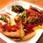 全て手作りの偽チーズのピザ、バジリコパスタと焼き野菜、ヒジキのマリネサラダ