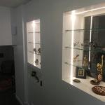 Lorient Vitrine en MDF avec bandeau de led et étagères en verre