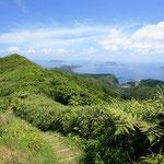 母島の乳房山から南を望む