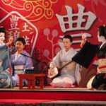 最初に手を差し出した左側の芸者が、両者の持っている箸の合計を予想して、「1本」もしくは「5本」と声を発する。その後、両者が持っている箸を披露する。この場合は、お互いが日本ずつで合計は4本であるので、どちらも当たらずに引き分け。