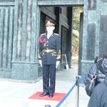 儀礼服姿で微動だにせずに皇居正門に立っている皇宮護衛官
